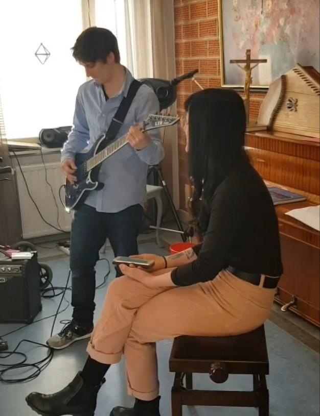 Nuoret musisoimassa muistisairaille
