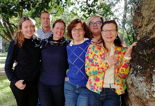 Tiimikuvassa vas. Hanna-Kaisa Hoppania, Vesa Kuittinen, Heli Väisänen, Ulla Pohjanmaa, Leena Ripatti ja Lea Stenberg. Tiimiläisten yhteystiedot jutun lopussa.